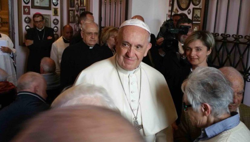 Gallery papa francesco conosce gli ospiti della casa del for Piccoli piani di casa per gli anziani